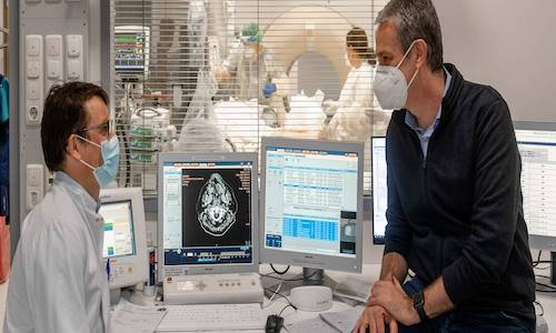 Dr. Rickmer Braren (left) and Daniel Rueckert explore diagnostic possibilities using artificial intelligence for medical image data.